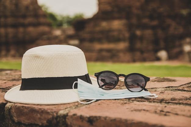 Maschera medica con cappello e occhiali da sole