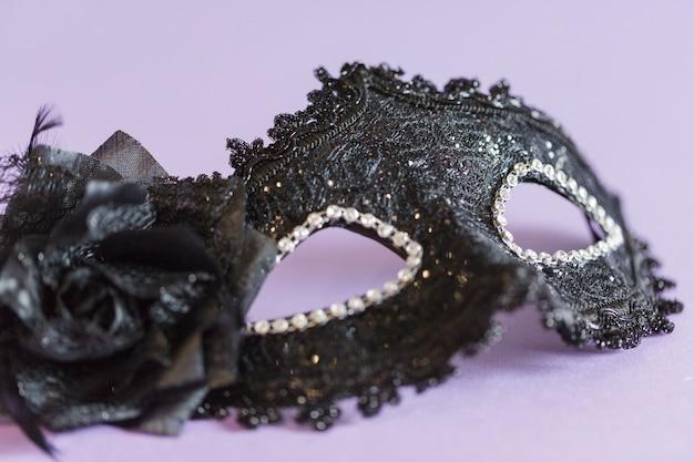 Maschera nera del primo piano su lillà