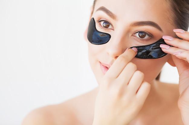 Maschera per la cura della pelle. donna con macchie nere