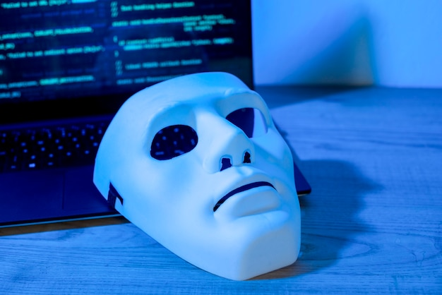 Maschera sul laptop