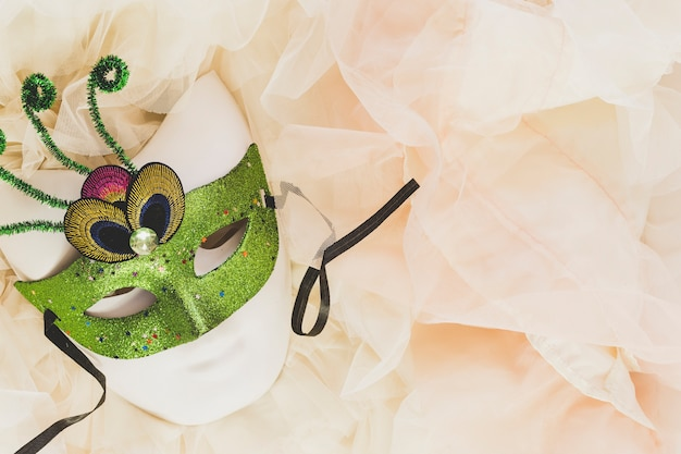 Maschera verde su morbido velo