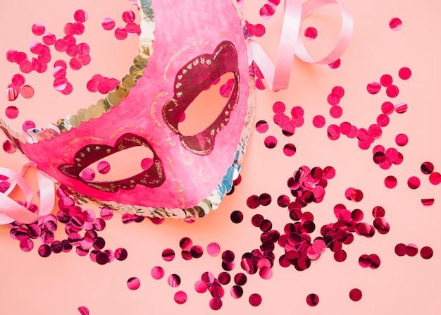 Maschera vicino al set di rose glitters