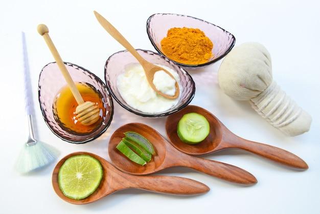 Maschera viso con polvere di curcuma yogurt e miele per la salute della pelle.