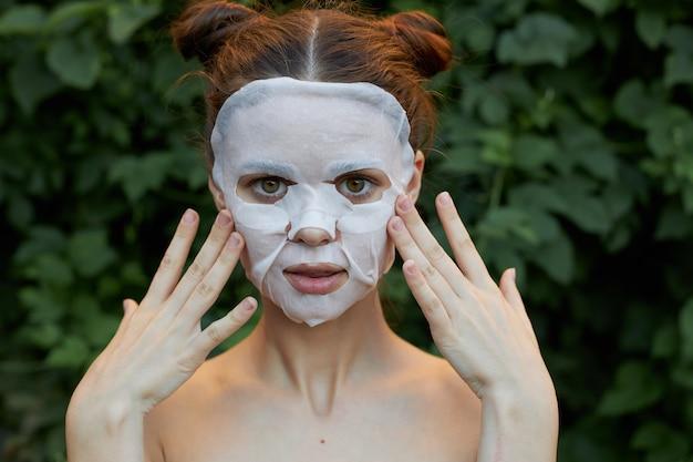 Maschera viso ritratto di una ragazza tocca il tuo viso con le mani per pulire le foglie della pelle