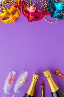 Maschere di carnevale colorate con bottiglie di champagne