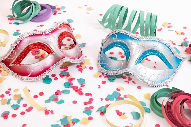 Maschere veneziane con coriandoli