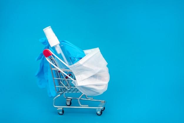 Mascherina chirurgica medica, guanti blu e gel disinfettante per le mani