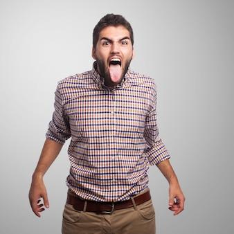 Maschio arrabbiato con la linguetta fuori