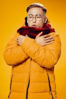 Maschio asiatico con giacca gialla e sciarpa