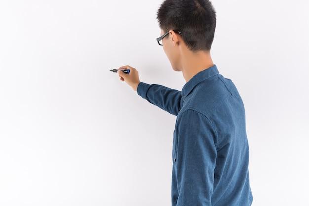 Maschio asiatico in camicia blu di fronte