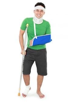 Maschio con braccio rotto e stampella