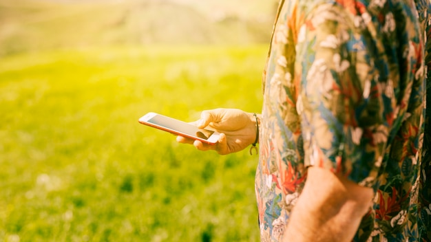 Maschio con smartphone