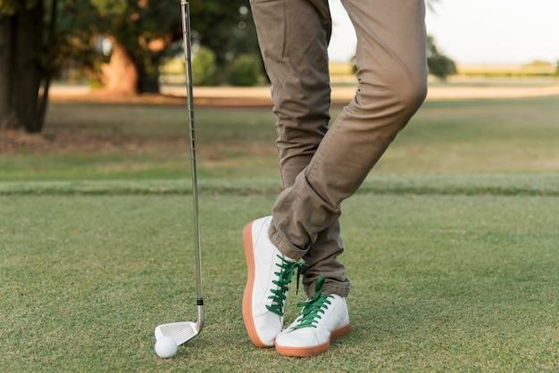 Maschio del primo piano che gioca golf