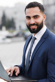 Maschio di affari con il computer portatile