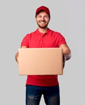 Maschio di consegna vista frontale con pacchetto