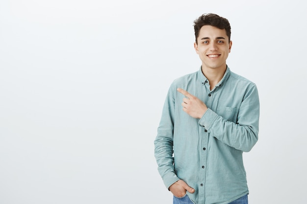Maschio europeo felice sicuro di sé in camicia alla moda