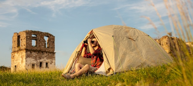 Maschio in campeggio in tenda per tutta la notte