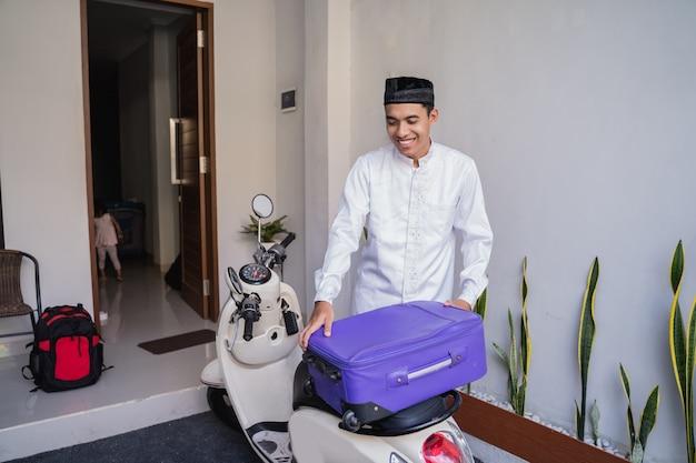 Maschio musulmano in viaggio per eid mubarak lebaran in moto