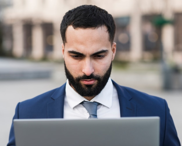 Maschio occupato di affari con il computer portatile