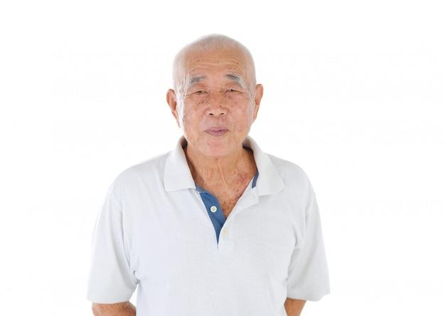 Maschio senior asiatico felice che smilling nello studio