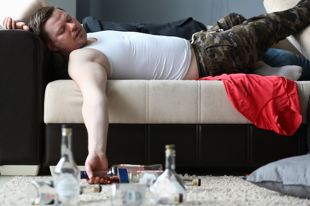 Maschio ubriaco in appartamento