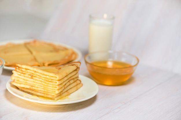 Maslenitsa è una festa nazionale alla fine di febbraio. i pancake vengono fritti per una settimana con miele alla luce