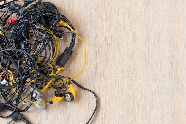 Massa di fili aggrovigliati, connessioni e vecchi cavi.