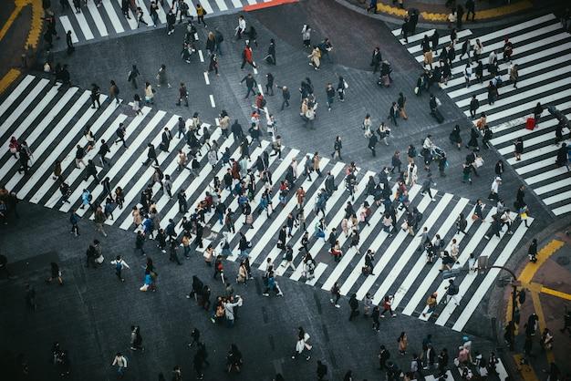 Massa di persone che attraversano la strada a tokyo