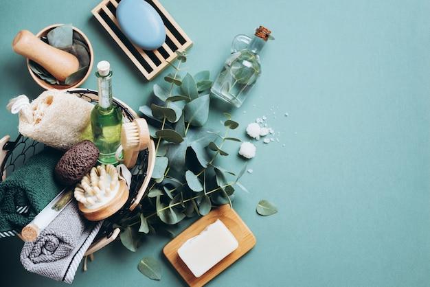 Massaggi e prodotti spa con eucalipto su sfondo verde. zero rifiuti, attrezzi da bagno organici naturali.