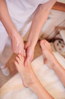 Massaggiatore facendo massaggio ai piedi