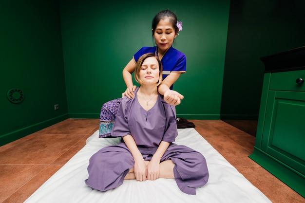 Massaggiatore tailandese che dimostra le procedure della stazione termale
