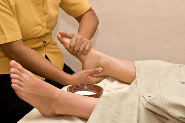 Massaggio ai piedi nella spa