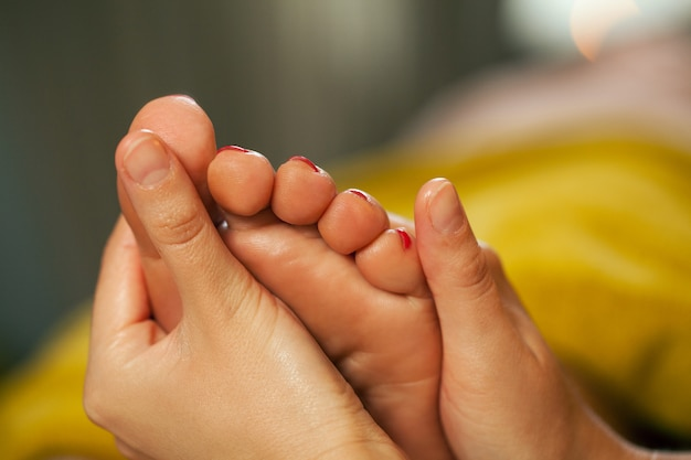 Massaggio ai piedi per una donna in una spa