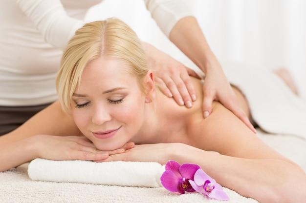 Massaggio al centro benessere