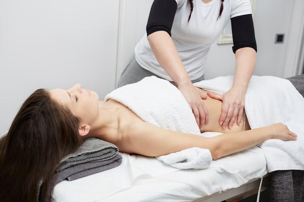 Massaggio al ventre al centro benessere