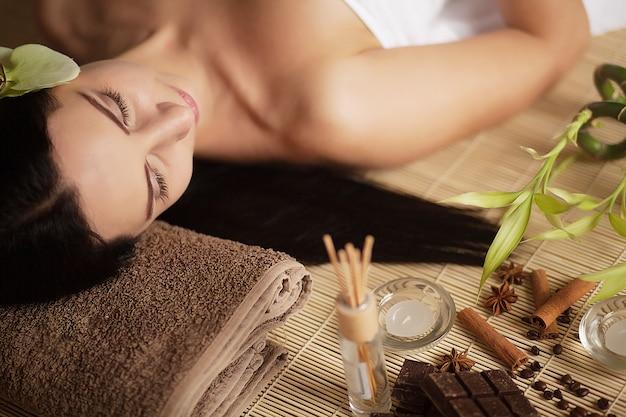Massaggio al viso. primo piano di una giovane donna che ottiene trattamento della stazione termale.