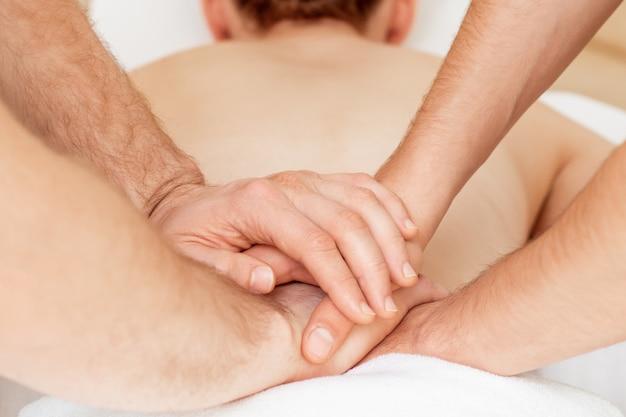 Massaggio alla schiena della giovane donna