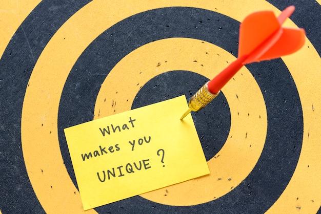 Massaggio ciò che ti rende unico sullo sfondo della freccetta