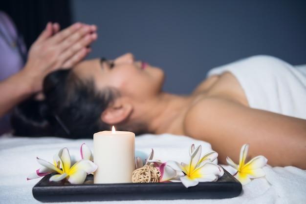 Massaggio con olio tailandese nella spa