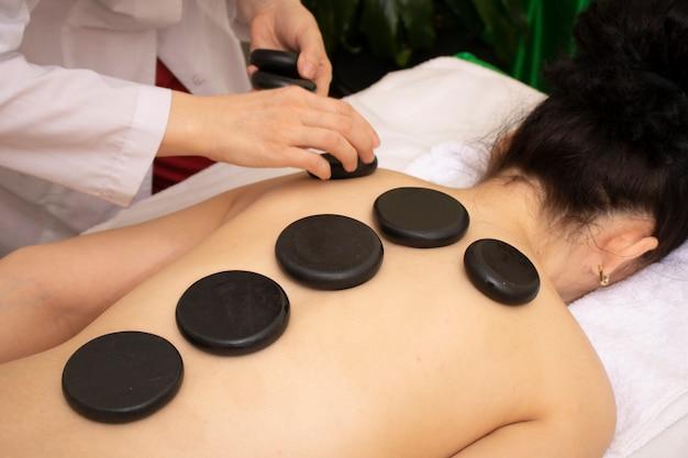 Massaggio con pietre calde di basalto