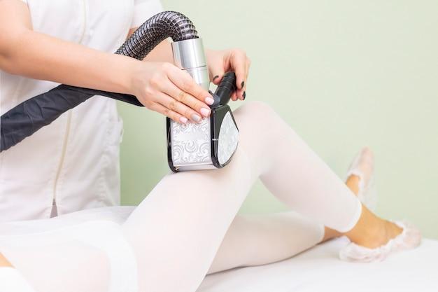 Massaggio corpo ragazza nella spa. la ragazza riceve un massaggio hardware