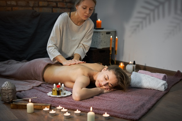 Massaggio curativo tradizionale. massaggiatore donna caucasica