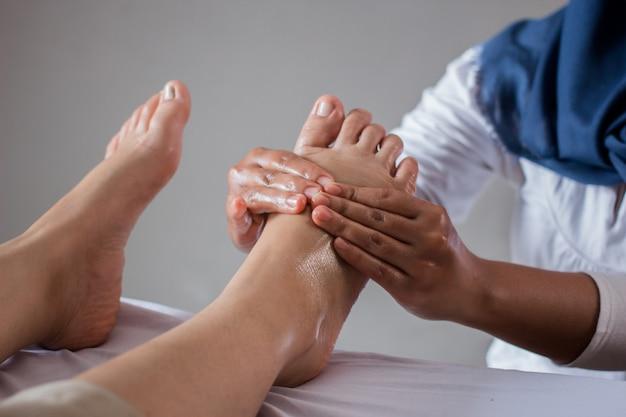 Massaggio del piede nel salone della stazione termale, primo piano