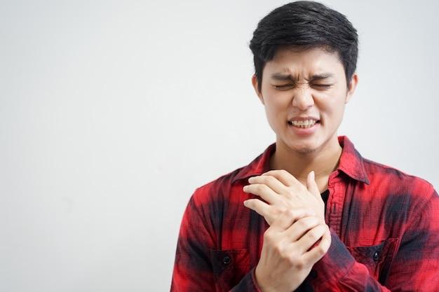 Massaggio dell'uomo sulla sua mano e braccio per il dolore di sollievo dal duro lavoro
