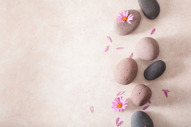 Massaggio disteso su pietre spa