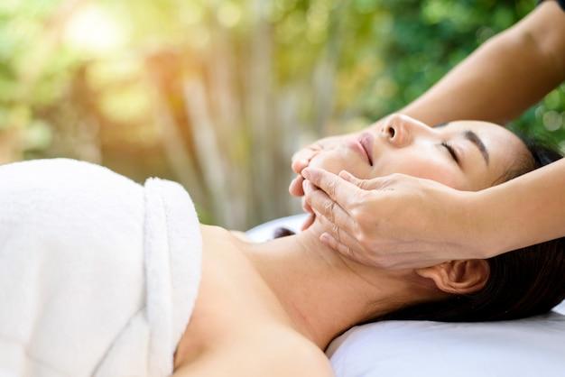 Massaggio facciale della donna tailandese asiatica