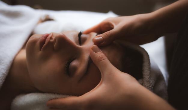 Massaggio facciale presso la spa