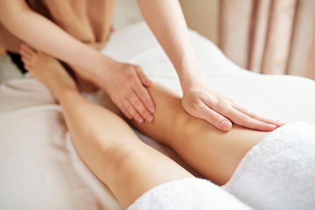 Massaggio gambe anticellulite
