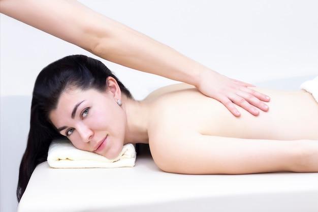 Massaggio in un salone spa per una ragazza. concetto di massaggio benessere.