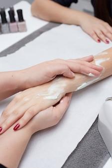 Massaggio rilassante alle mani